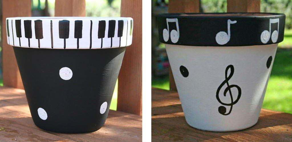 Macetas pintadas con motivos musicales