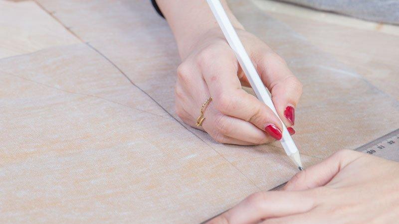 Lápiz trazando las líneas en el reverso de la polipiel