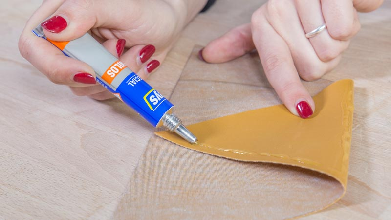 Pegado de la polipiel con adhesivo especial para vinilos