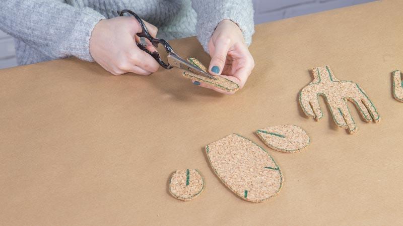 Tijeras cortando las piezas de corcho