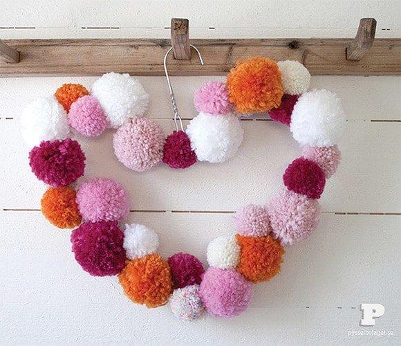 Cómo hacer una corona decorativa con lana y una percha