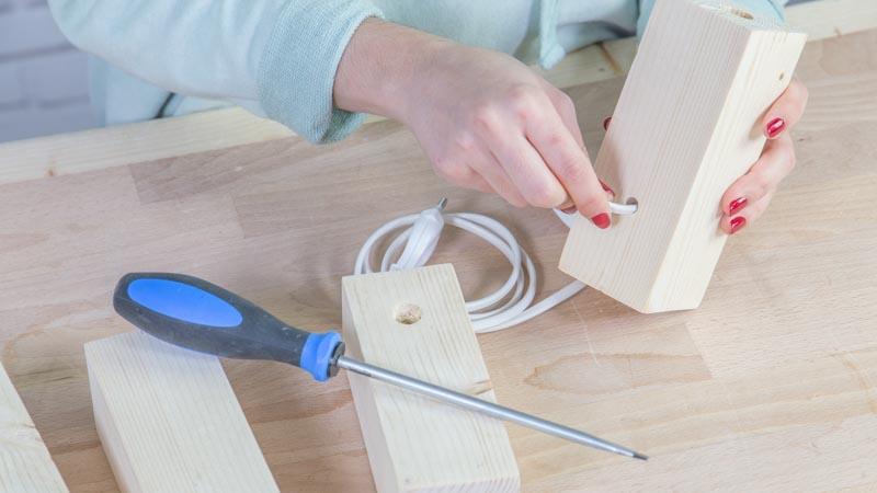 Introducción de los cables de la lámpara