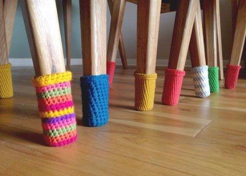 Cómo proteger el suelo forrando las patas de tu silla con lana