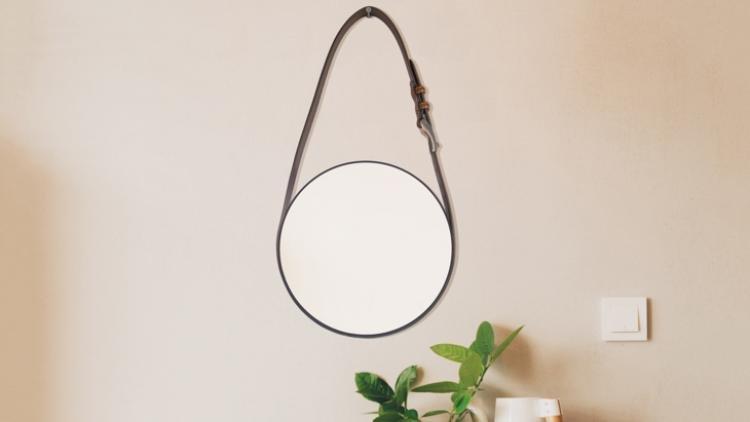 Espejo casero hecho con un cinturón