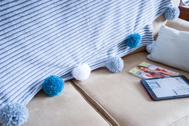 Cómo decorar una manta con pompones
