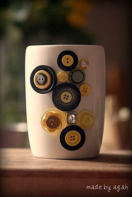 Cómo decorar una taza con botones