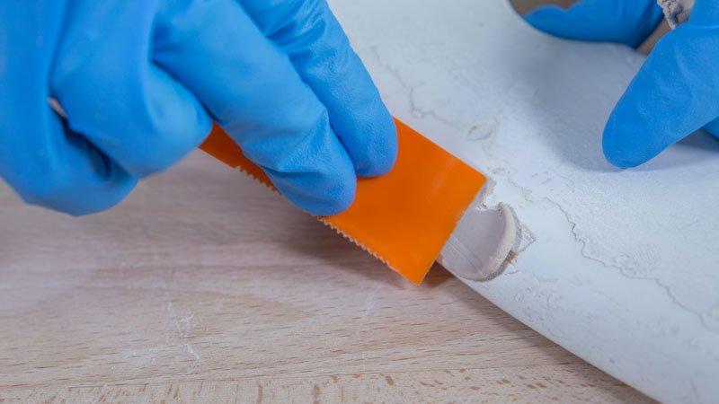 Aplicación de una masilla restauradora de madera