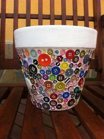 Cómo decorar una maceta con botones de colores