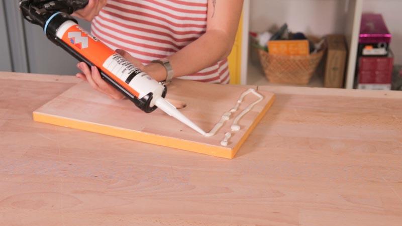 Aplicación del adhesivo para azulejos