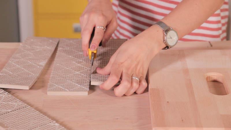 Cúter cortando los azulejos