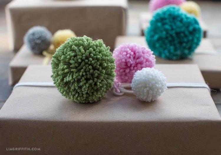 Regalos decorados con pompones