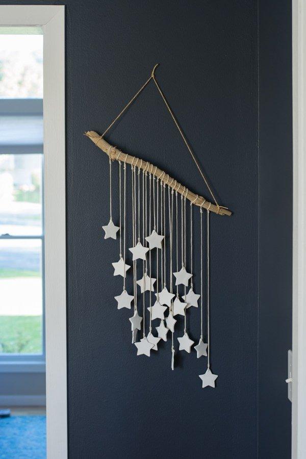 Móvil DIY con estrellas de arcilla para decorar la pared