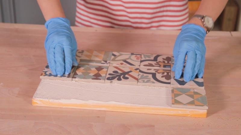 Pegado de azulejos sobre madera