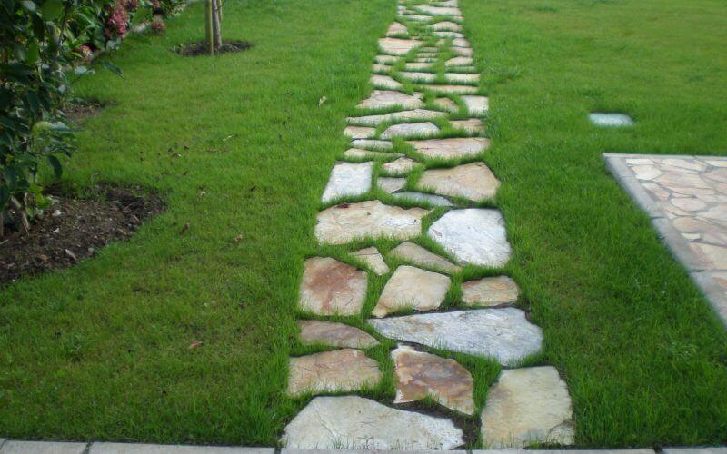 ideas_para_decorar_tu_jardín_con_un_camino_de_piedras