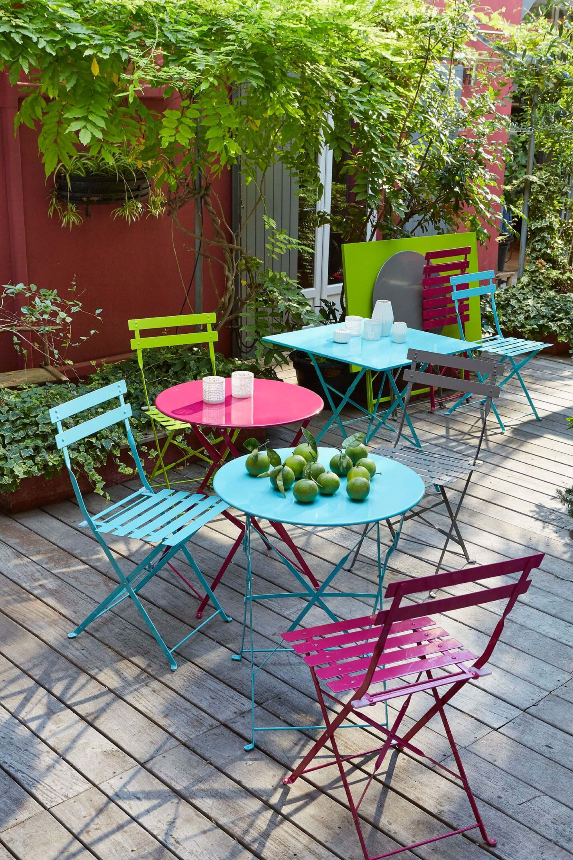 Ideas para decorar tu jardin con sillas de colores handfie diy - Salon de jardin colore ...