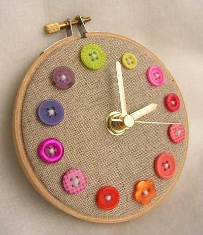 Cómo decorar un reloj con botones