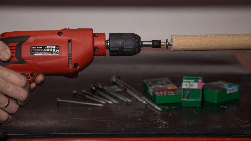 Atornillado de tornillos spax en cilindro de madera