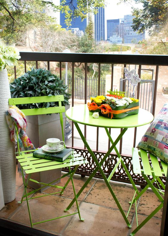 Terraza pequeña con muebles verdes