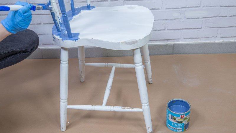 Restauración de una silla de madera con pintura para exterior