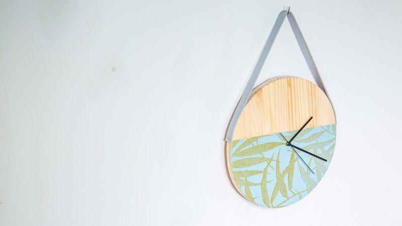 Reloj de madera y papel pintado
