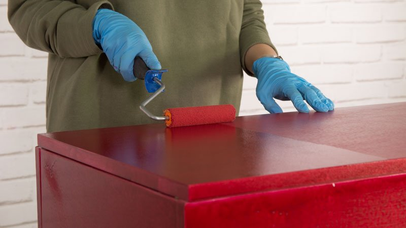 Renovación del mueble de cocina con esmalte de color rojo