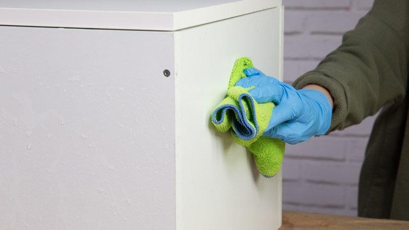 Trapo para secar el mueble de cocina antes de pintarlo