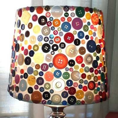 Cómo decorar la pantalla de una lámpara con botones