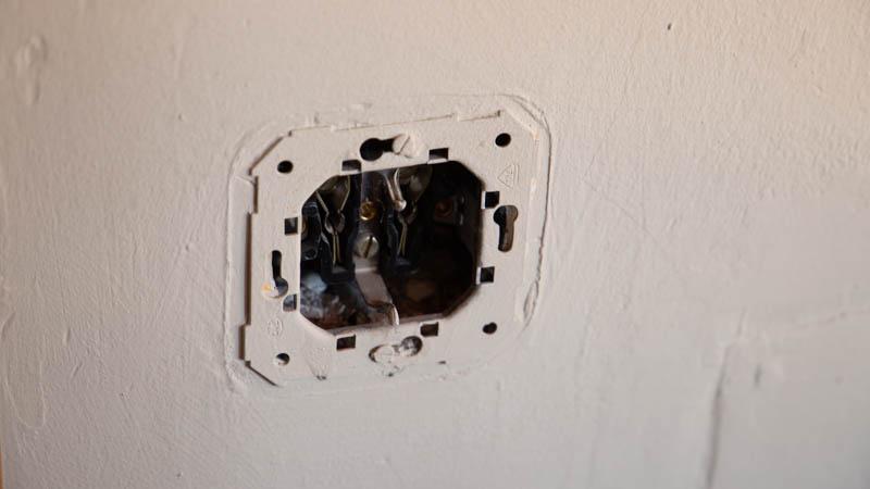 Toma de enchufe simple en la pared