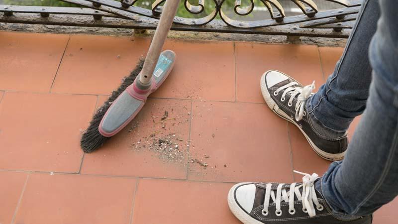 Limpieza del balcón antes de instalar césped artificial