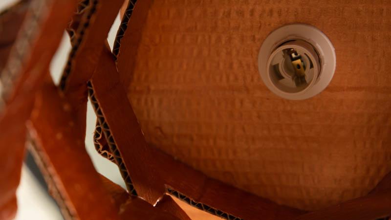 Instalación del casquillo en la lámpara de cartón