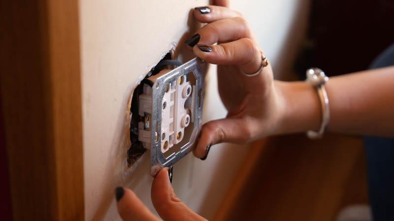 Cómo colocar un enchufe doble en la pared