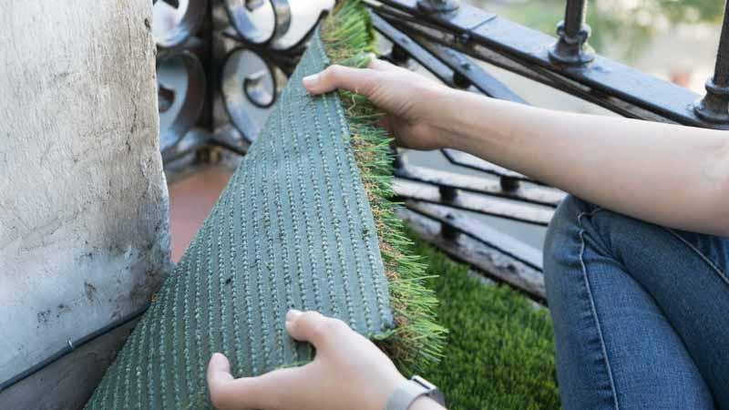 Colocación de césped artificial en un balcon
