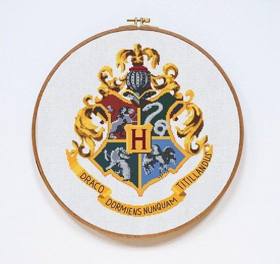 Emblema casa Harry Potter hecho en punto de cruz