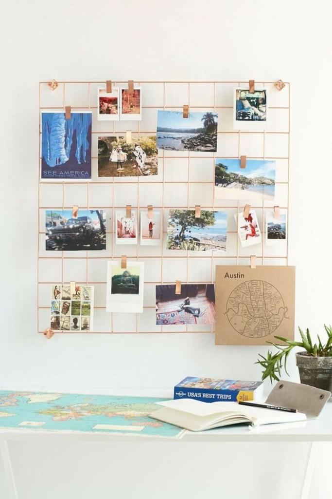 Fotos colgadas sobre una reja de escritorio