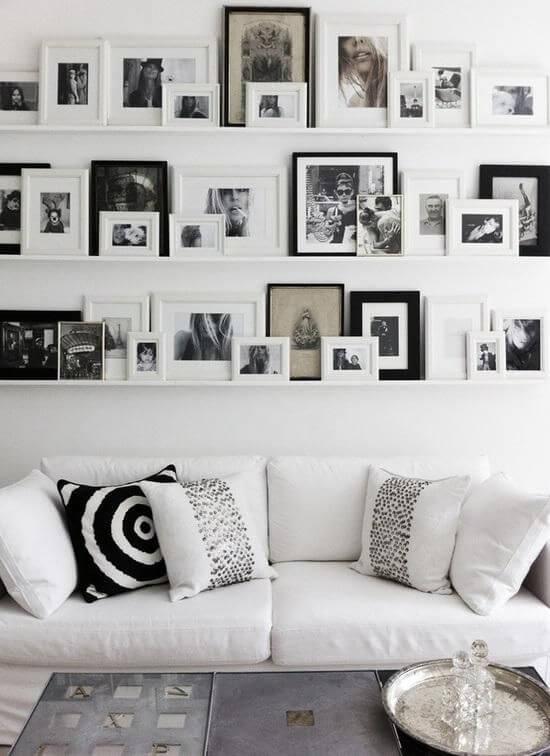 Decorar con fotos sobre baldas sobre el sofá