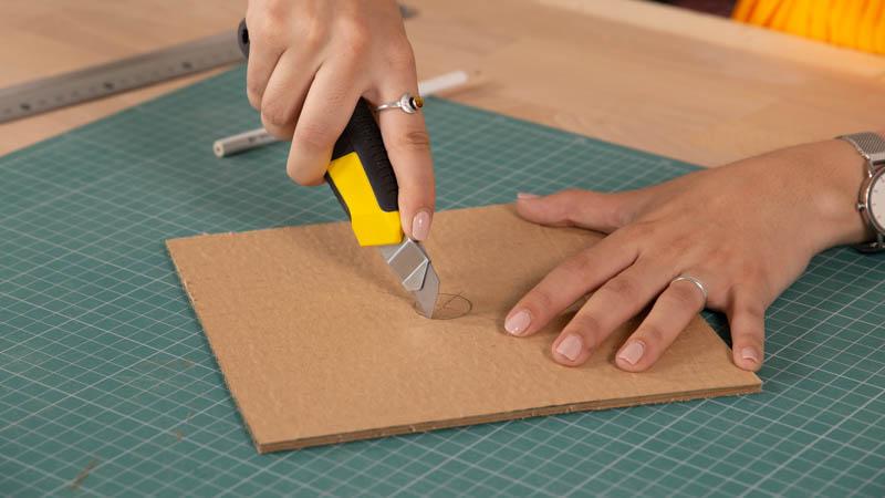 Apertura del hueco para el casquillo en la lámpara de cartón