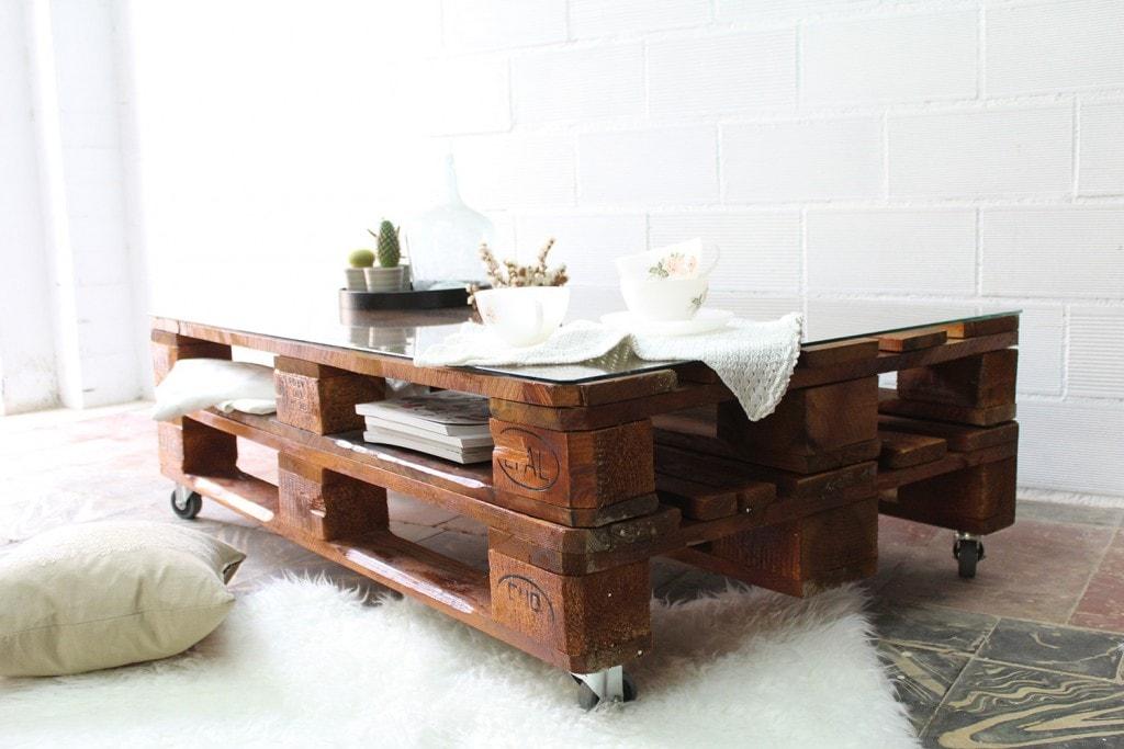 Mesa de exterior hecha con palés