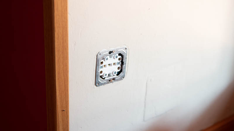 Cómo poner un enchufe con dos tomas en la pared