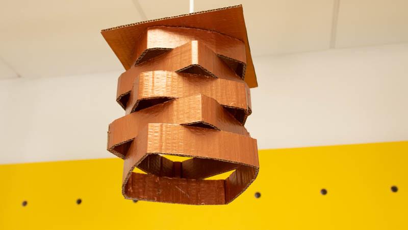 Lámpara de cartón hecha a mano