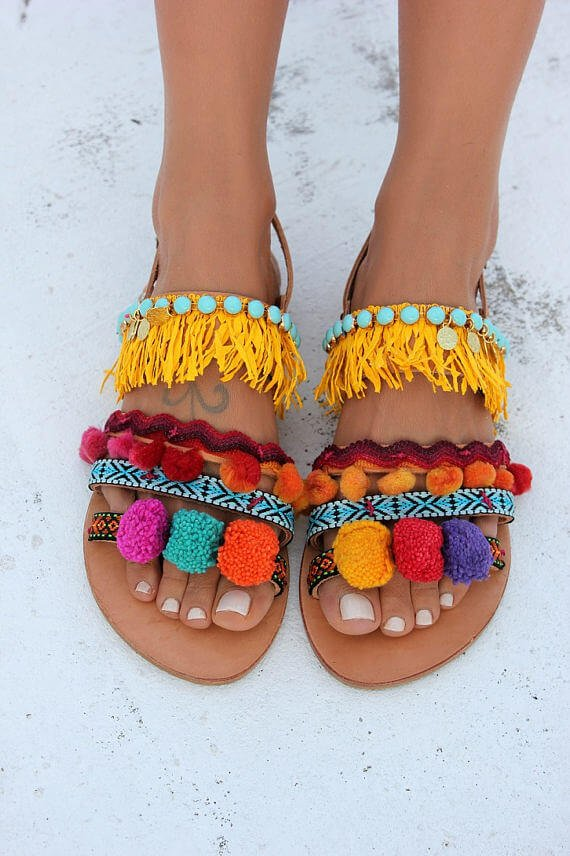 manualidades_de_verano_sandalias_de_verano_customizadas_con_colores_vivos