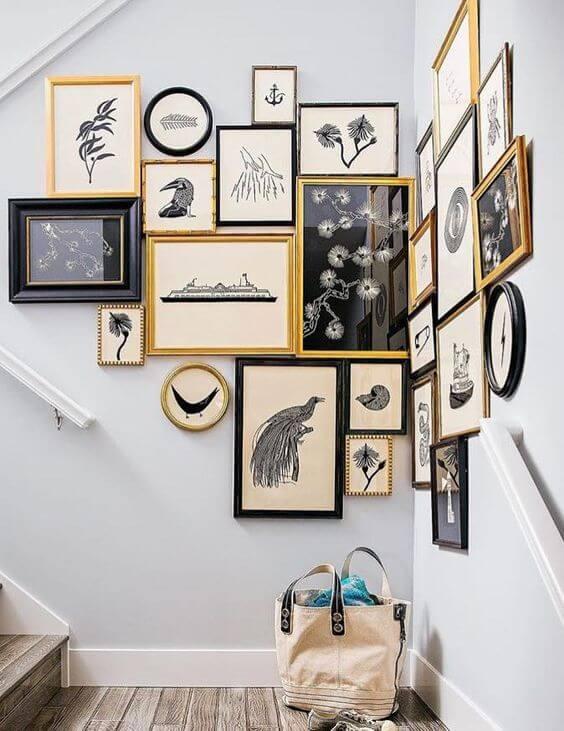 Estilo maximalista para decorar con fotos una escalera