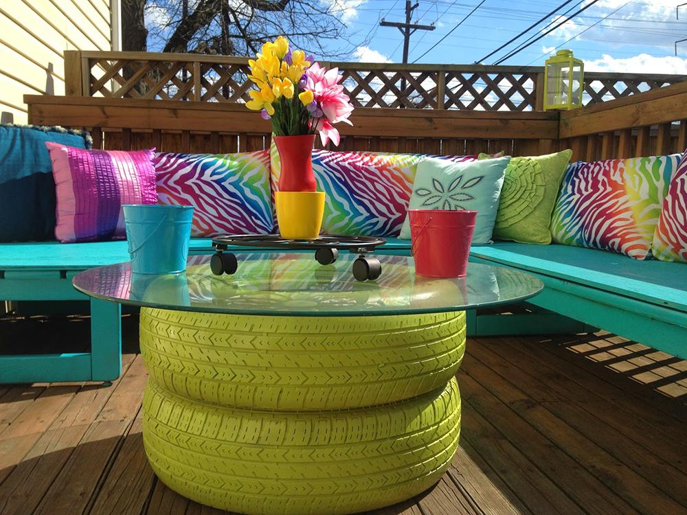 Mesa de jardín hecha con neumáticos