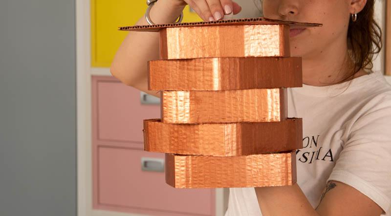 Montaje de la estructura de cartón de la lámpara