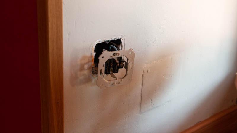 Desconectar un enchufe simple de la pared