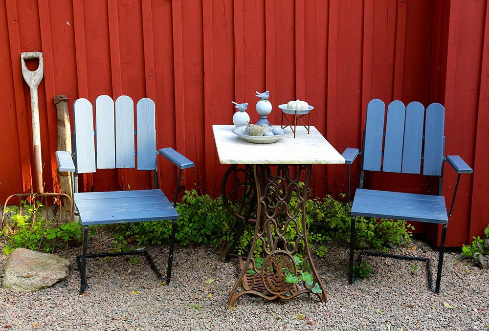 Muebles de jardín: sillas y mesa pintadas