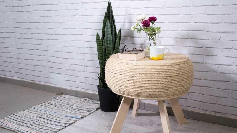 Mesa casera con un neumático y cuerda