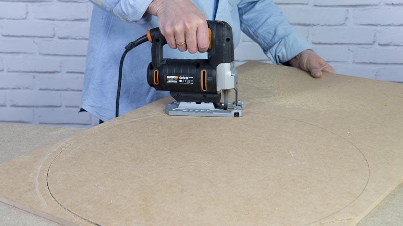 Sierra de calar cortando las bases de madera