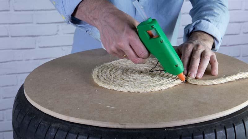 Pegado de la cuerda para decorar la mesa casera