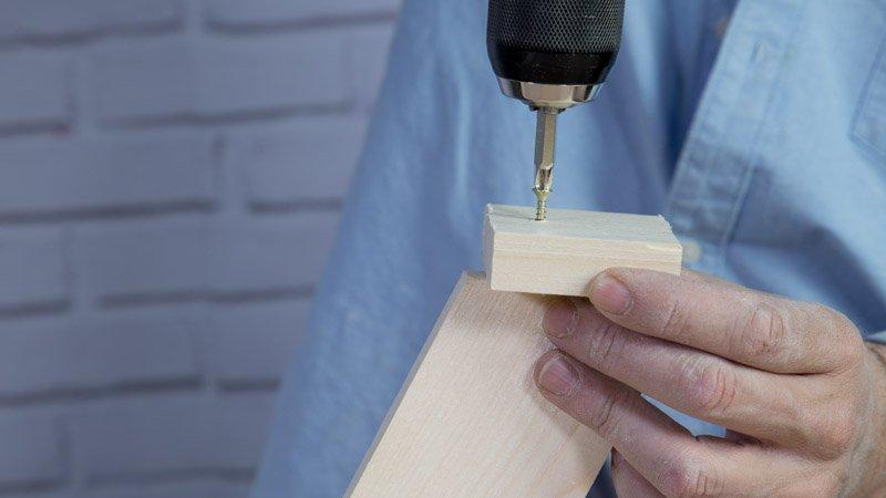 Atornillado de las patas a los tacos de madera que hacen de base