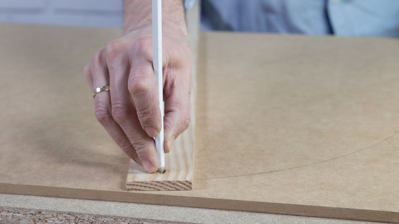 Creación de una base circular de madera para crear una mesa con un neumático